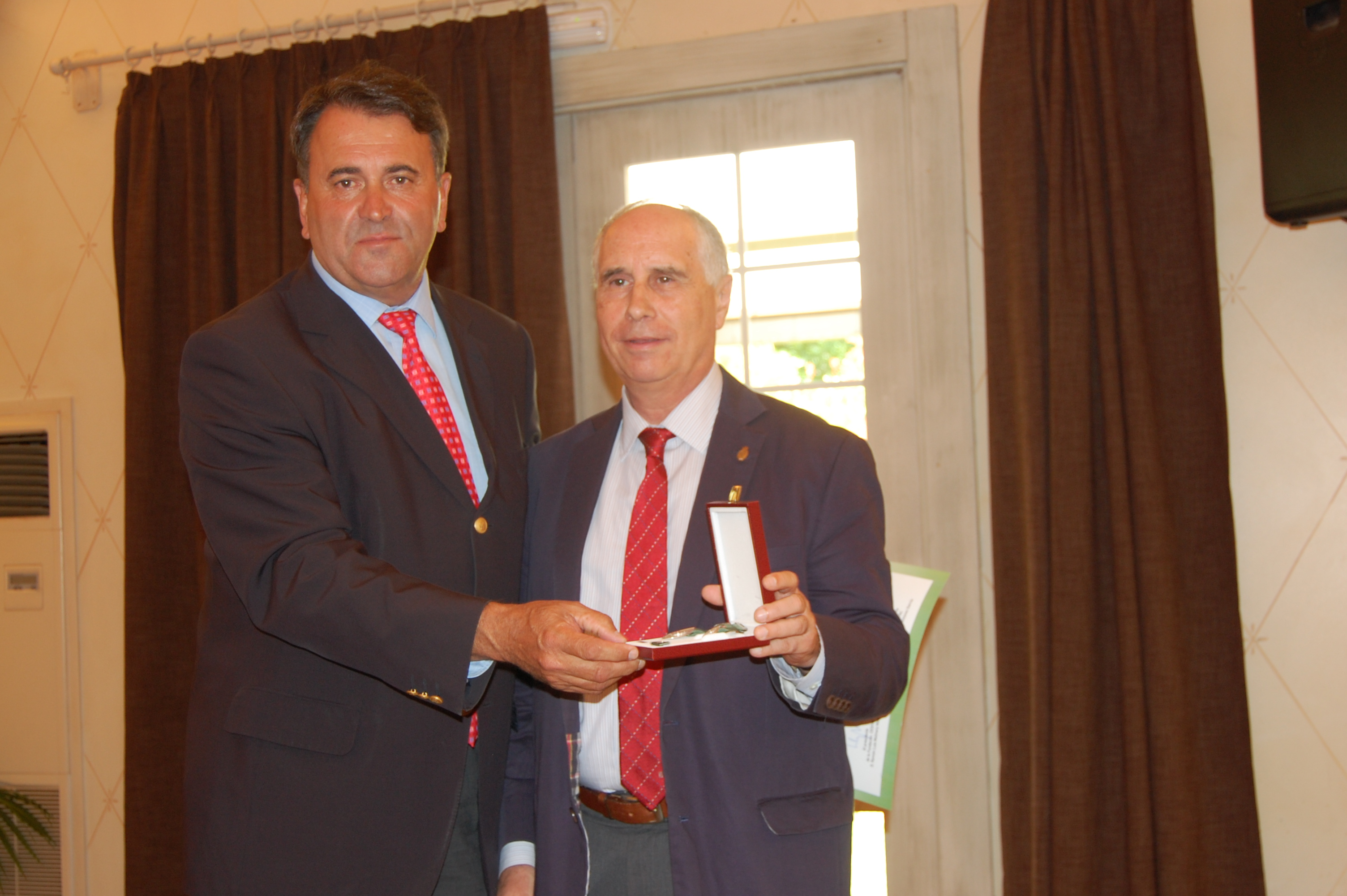 Entrega de la medalla a la RACVE (Real Academia de Ciencias Veterinarias de España)