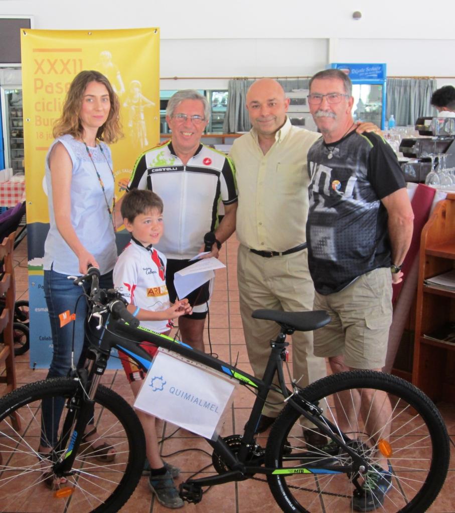 Representantes de Quimialmel junto con ATC haciendo entrega de la bicicleta patrocinada, cuyo beneficiario fue Salvador Moya.