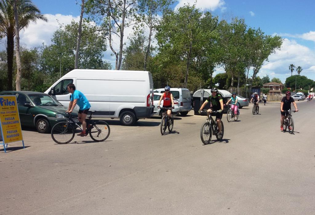 Participantes del XXXII Paseo Ciclista de ATC llegando a la meta.