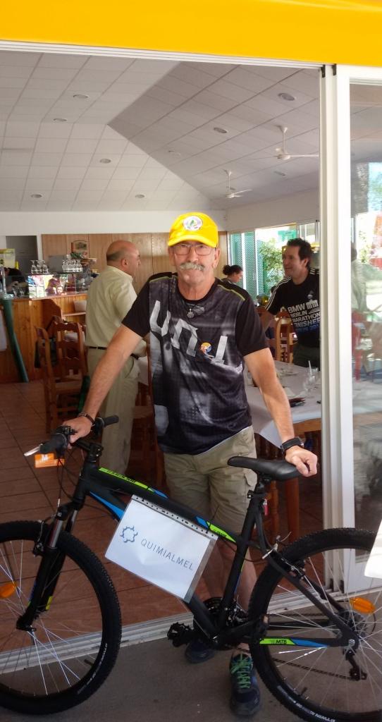 Salvador extrabajador de Quimicer obsequiado con la bicicleta de Quimialmel