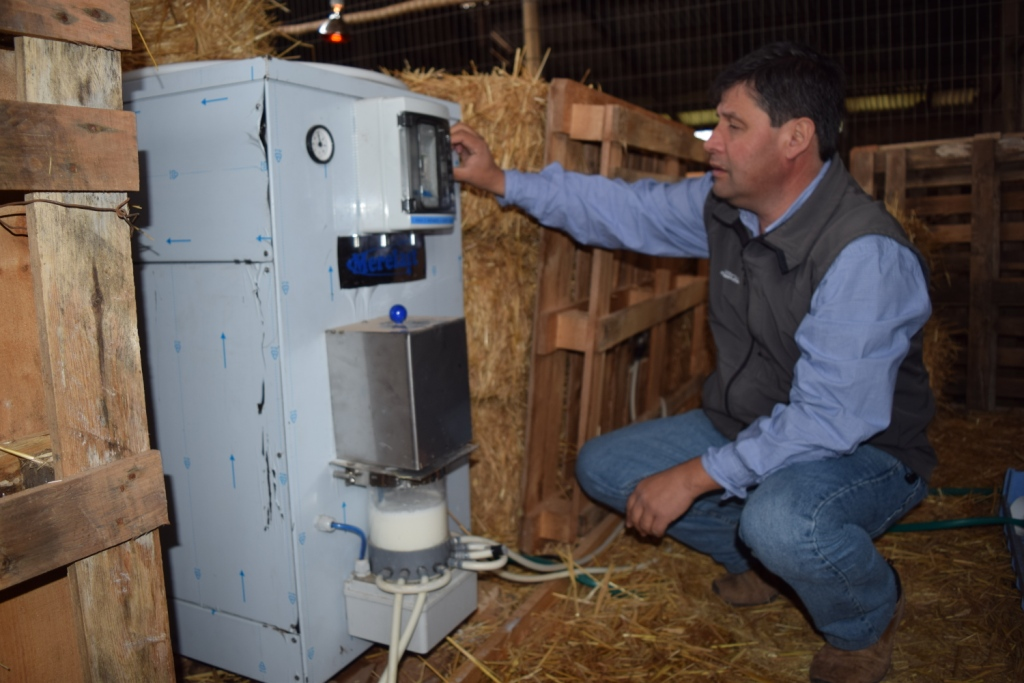 Gonzalo Araneda nos muestra la máquina nodriza, suministrada por Quimialmel, que ha implantado en su explotación caprina en Chile.