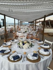Mesas de invitados con vistas al mar